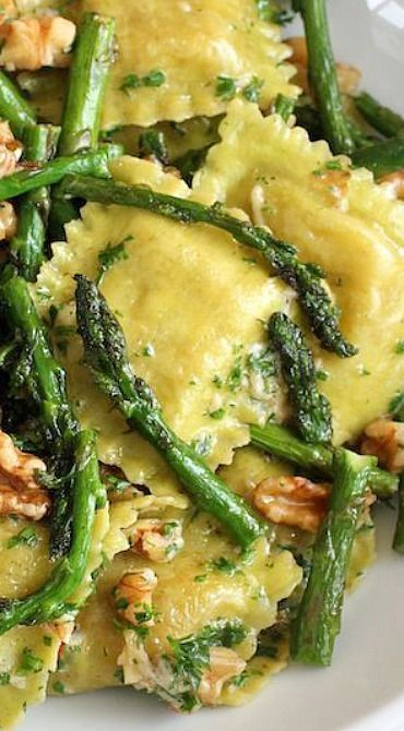 I love a simple and fast pasta dish and this ravioli with sautéed asparagus and walnuts is exactly that – easy to put together and you can have dinner on the table in 15 minutes.