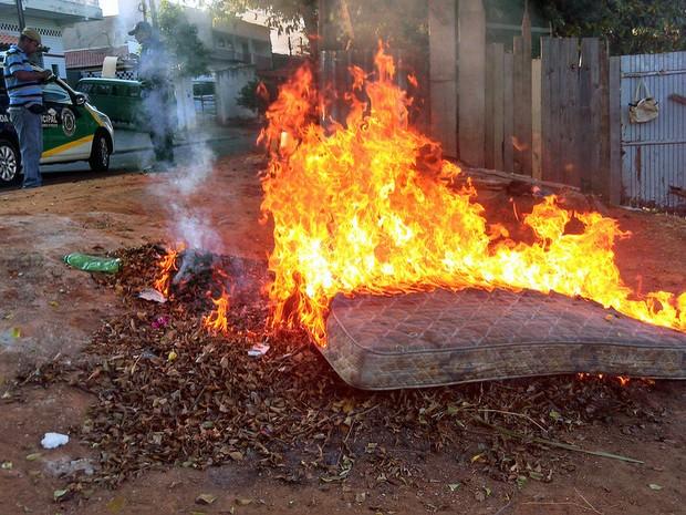 Colocar fogo em lixo ou no quintal de casa é crime e pode levar à prisão