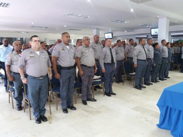 """Policía admite muchos de sus agentes están """"fuera de forma"""""""