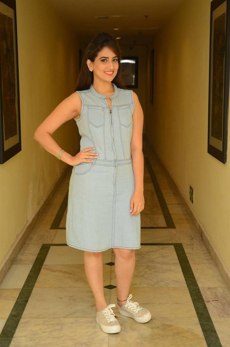Anchor Manjusha Hot Legs Show Stills In Blue Top