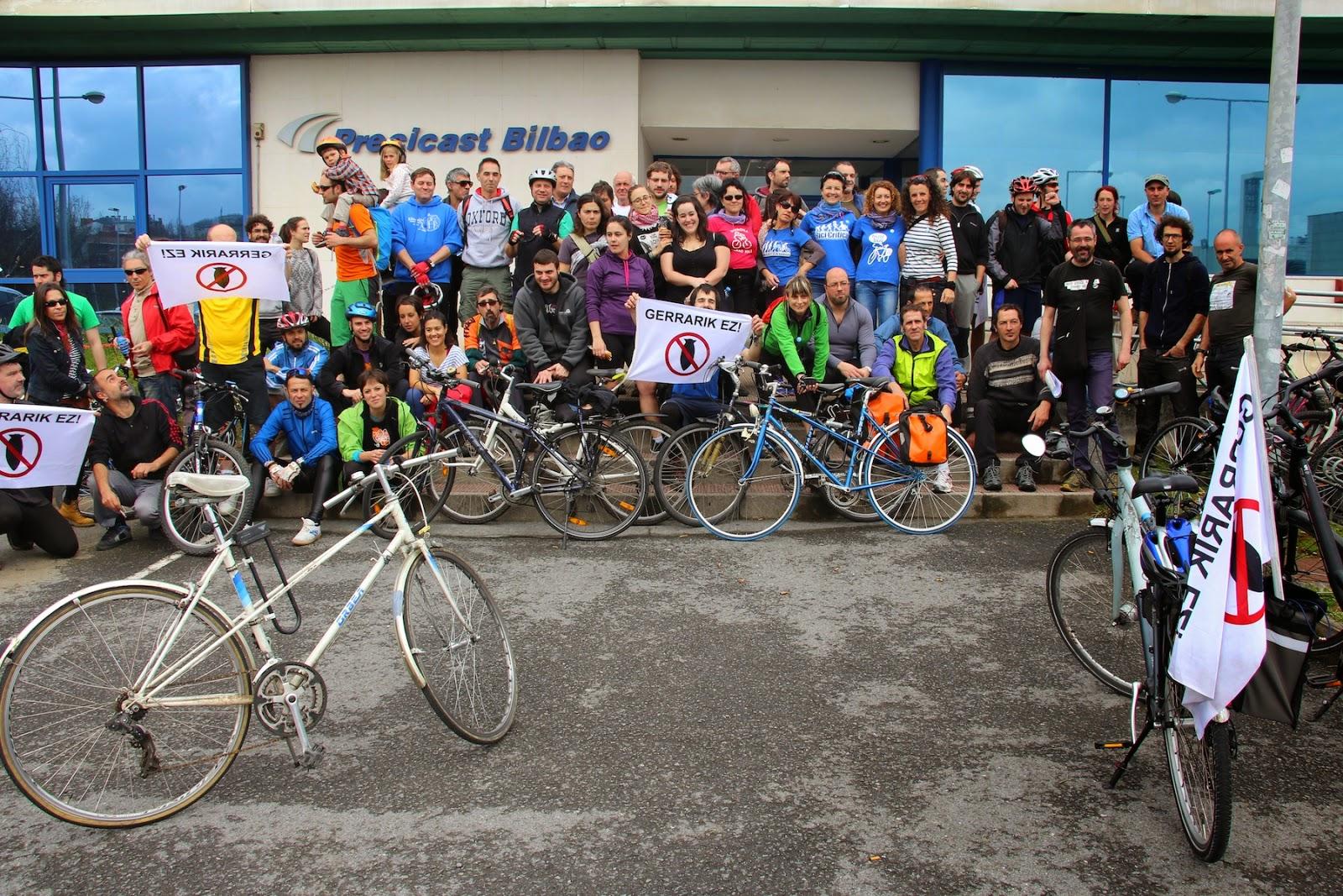 Un centenar de ciclistas protesta contra la industria militar en Barakaldo