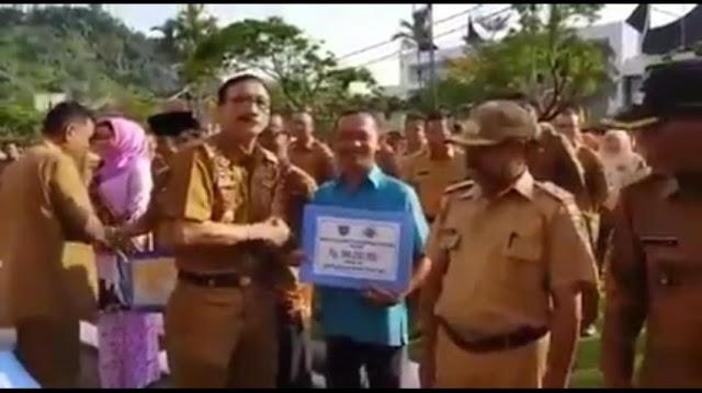 Viral, Video Bupati Pesisir Selatan Bagikan Bantuan Uang dari Jokowi