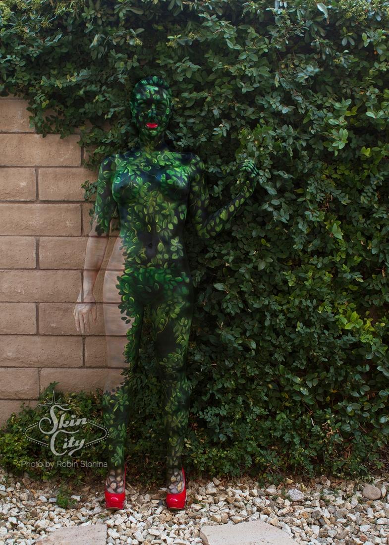 01-Robin-Slonina-Camouflage-Body-Paint-Skin-Wars-www-designstack-co
