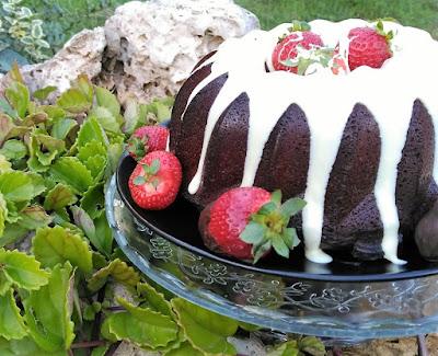 Bundt Cake de Chocolate con Fresas