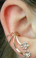Kulak kıkırdağına takılan çiçekli ve taşlı ilginç küpe
