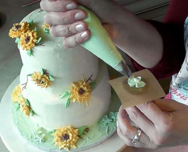 Sommerliche Tiramisu-Torte mit Blüten aus Buttercreme: Sonnenblumen, Rosen, Hortensien, Himmelsschlüssel und Vergissmeinnicht - Videotutorial, Hortensien aus Buttercreme spritzen