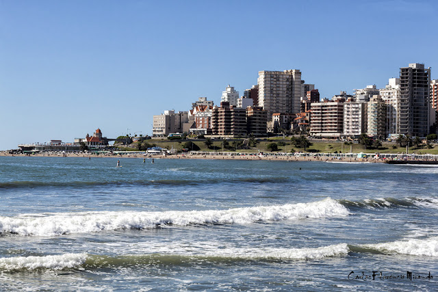 Olas de mar y la ciudad de Mar del Plata detrás.