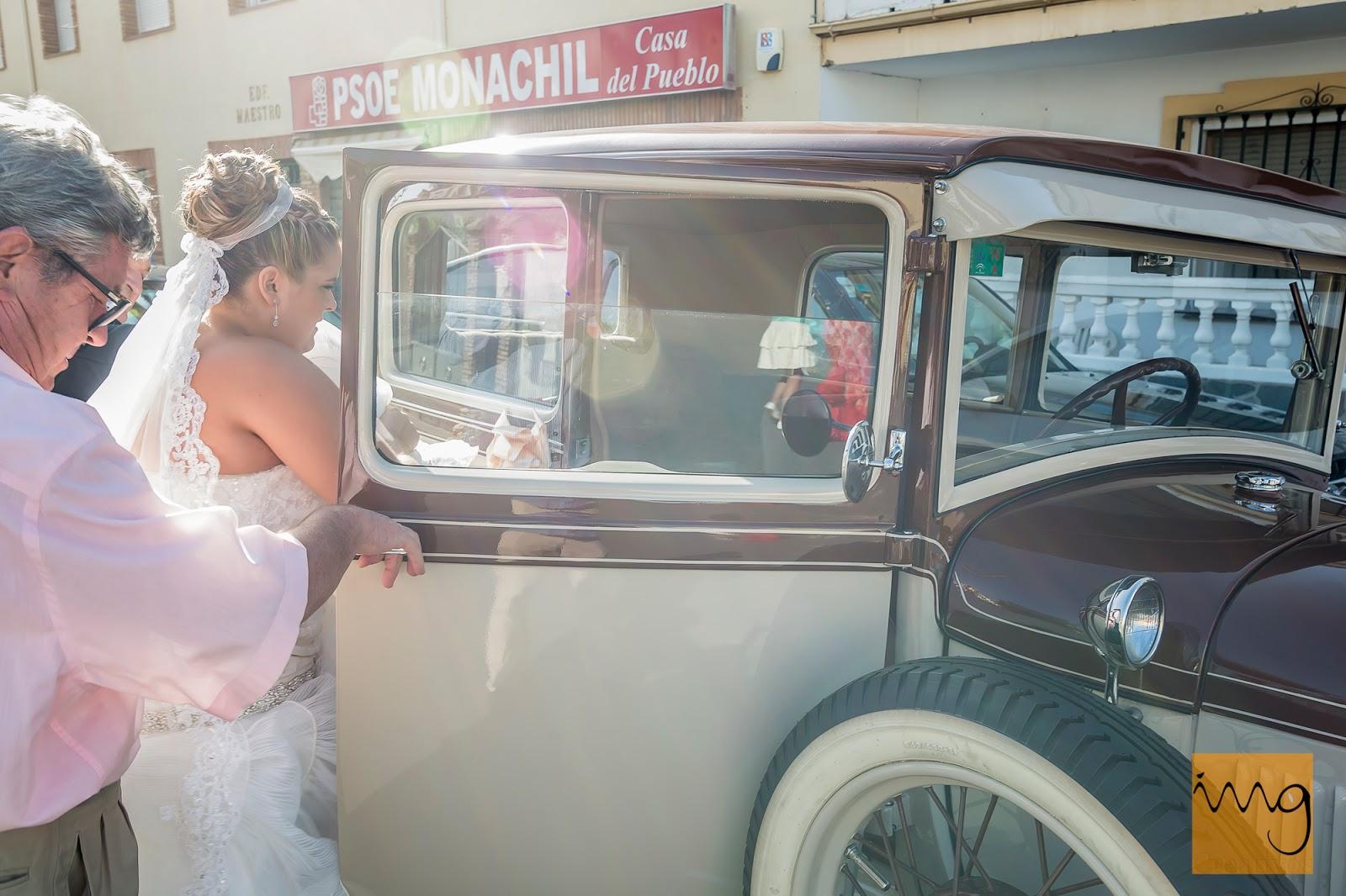 Fotografía de boda entrando al coche nupcial