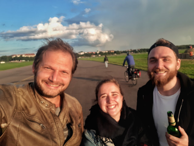 Berlin Bulli Tour beers at tempelhofer feld