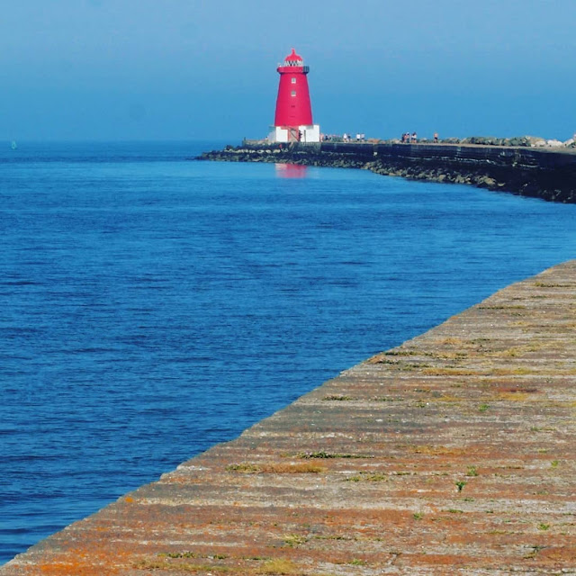 Dublin City walks. Hike from Sandymount to the Poolbeg lighthouse along the historic Great South Wall