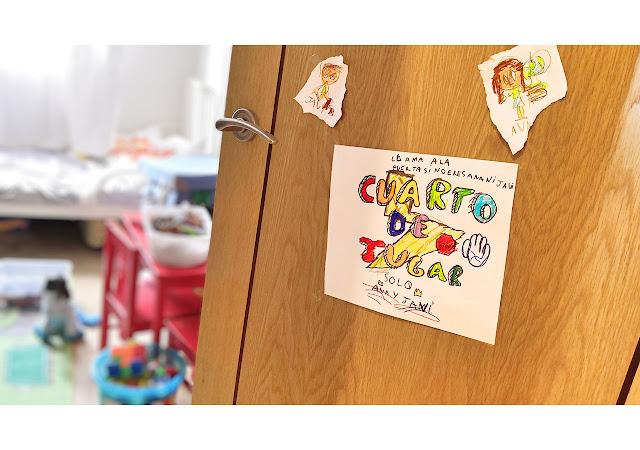 """Cartel dibujado por Ana, """"Cuarto de jugar. Llamar antes de entrar""""."""