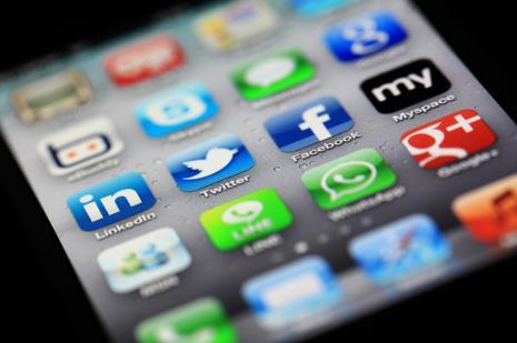 ofender pessoas em redes sociais ou sites é considerado crime de difamação