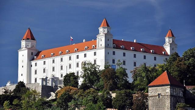 foto kastil bratislava yang putih dan megah berdiri menjulang di atas bukit