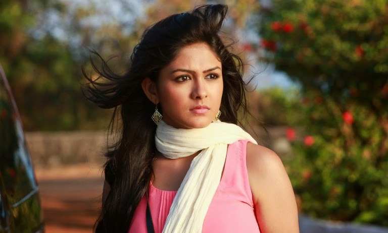 Super 30 Movie Actress Mrunal Thakur Images Wallpapers