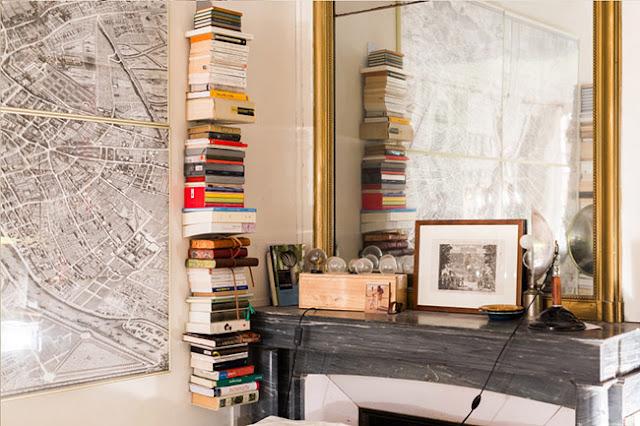 coin bibliothèque et cheminée dans appartement paris marais