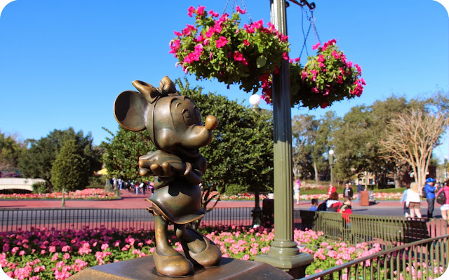 Magic Kingdom Park / Escultura Minnie no jardim