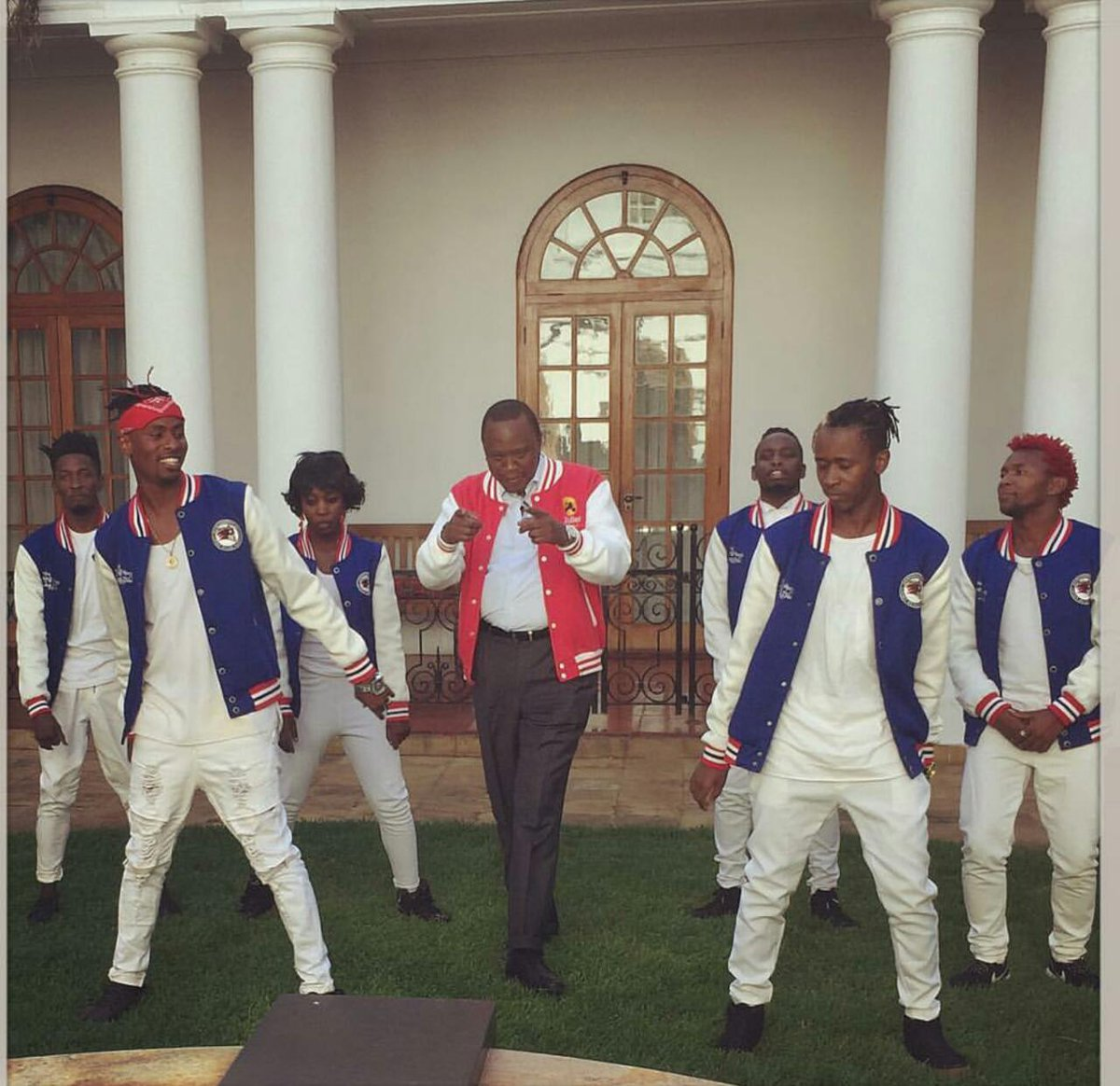 #DabOfShame: Uhuru Kenyata Is Dabbing In Statehouse And Kenyans Are Not Amused