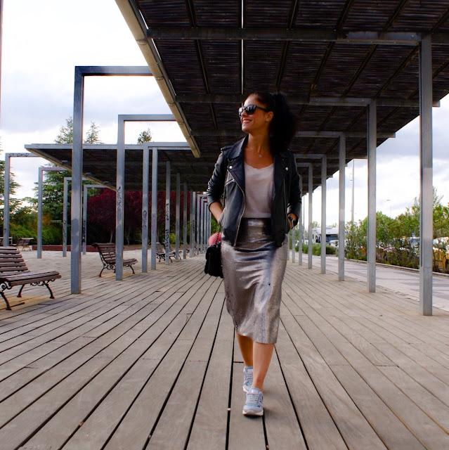 outfit con falda lentejuelas, zapatillas y cazadora biker