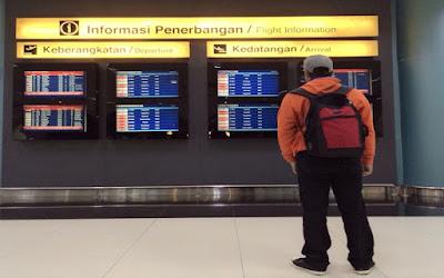 foto orang di bandara - foto: Very Barus