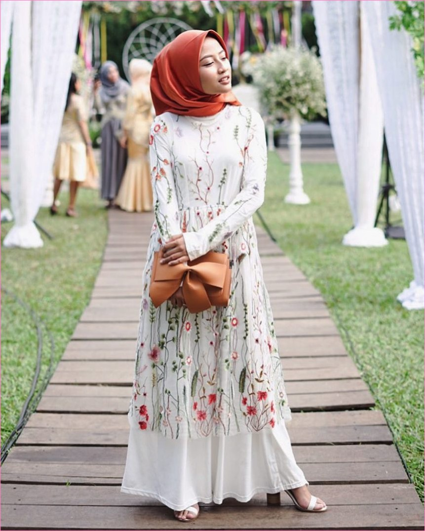 Outfit Baju Gamis Berhijab Ala Selebgram 2018 gamis abaya bunga putih dress segiempat hijab square satin oren tua high heels wedges loafers and slip ons ciput rajut trendy terbaru 2018 ootd outfit selebgram dompet wallets