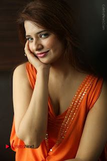 Actress Saloni Aswani Pos in Short Dress at Meelo Evaru Koteeswarudu Movie Interview  0095.JPG