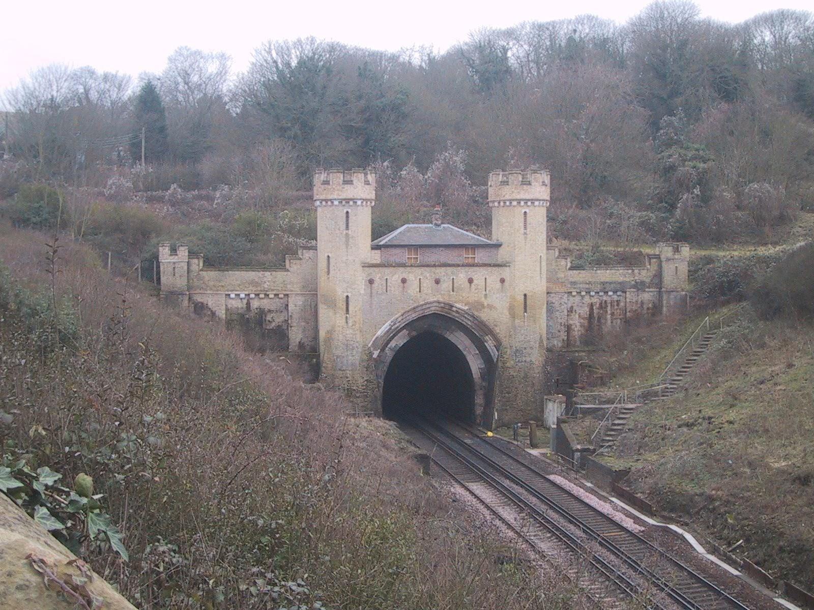 二本の線路が通るクレイトントンネル
