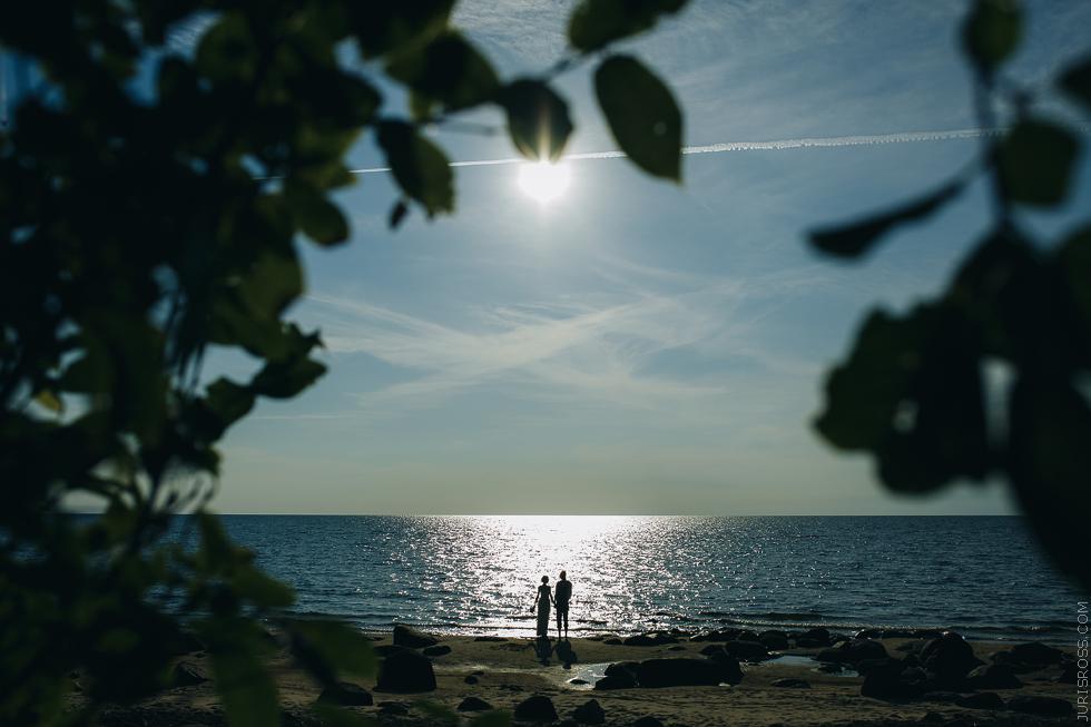 kāzu fotosesija pie jūras, veczemju klintis, kāzas jūras krastā, silueti