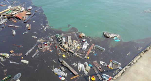 """+ صور: تقرير لجمعية """"بييزاج"""" لحماية البيئة ينذر بكارثة بيئية خطيرة في ميناء الصيد البحري بأكادير"""