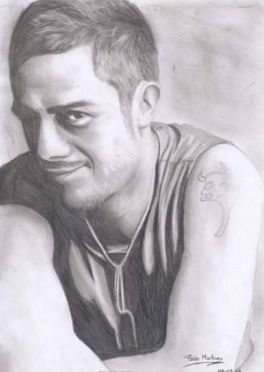 Retrato de Alejandro Sanz con sonrisa pícara