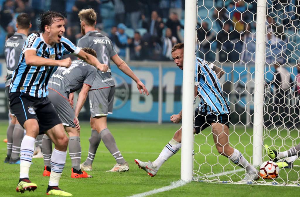O Grêmio venceu nesta terça-feira o Estudiantes por 2 a 1 na Arena e  conseguiu classificação para as quartas de final da Libertadores ao  derrotar os ... b5d7e8a59b8fc