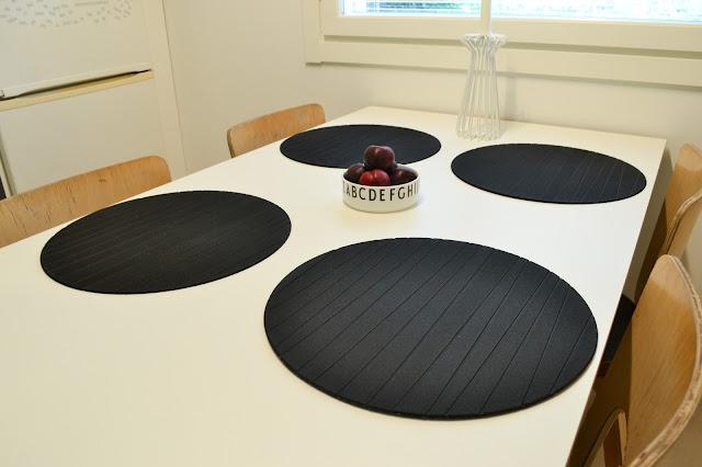 Saippuakuplia olohuoneessa- blogi, Kuva Hanna Poikkilehto, keittiö, pinnoitettu vaneri, vaneri pöytä, Artek, 66 tuolit, Design letters,