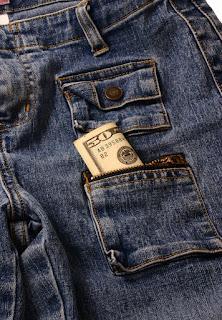Billete de 50 dólares en el bolsillo de un pantalón vaquero