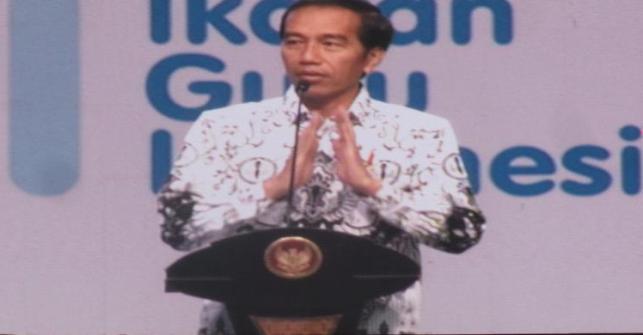 Salut...!! Tak Malu Membungkuk di Hadapan Banyak Orang, Jokowi Beri Penghormatan Kepada 16.500 Guru