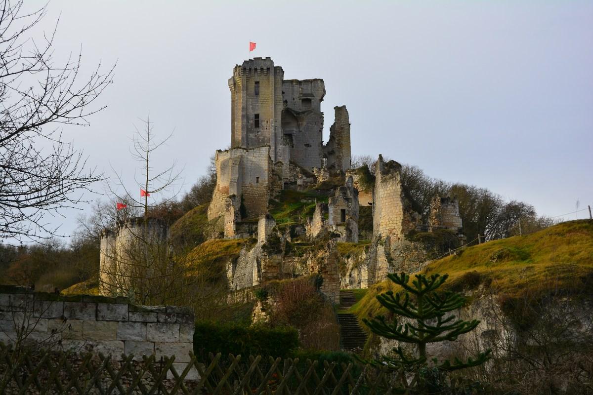 Le château de Lavardin domine fièrement le village.