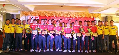 Lãnh đạo PVF bàn giao cầu thủ cho đại diện CLB SHB Đà Nẵng và Hà Nội T&T