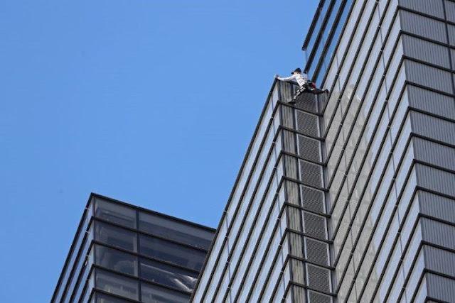 """Aksi """"Spiderman"""" Perancis Panjat Gedung Tinggi di London Berujung Penangkapan"""