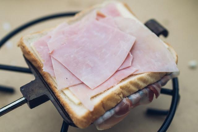 Pie-Iron  Sandwicheisen  Schinken-Käse-Sandwich mit Bacon  Sandwiches am Lagerfeuer  Outdoor-Kitchen 07