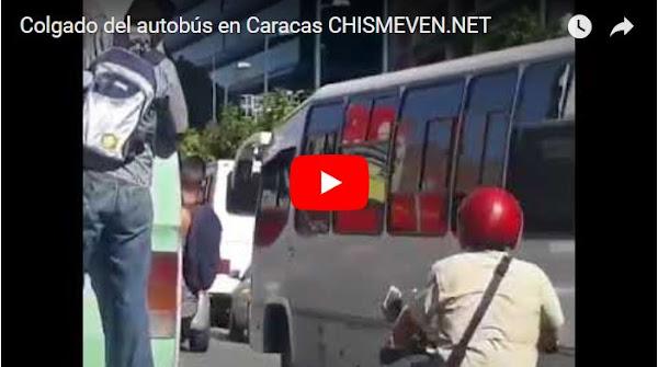 Venezolanos se cuelgan de los autobuses para poder ir a sus trabajos