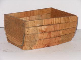maceta de madera en forma de medio baul