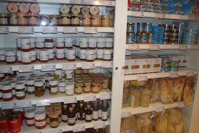 Produtos para venda no restaurante Eataly do navio MSC Preziosa