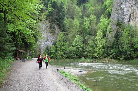 Z prawej na przeciwległym brzegu wznosi się Facimiech.