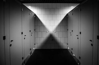 Jangan Pernah Membiarkan Anak ke Toilet Umum Sendirian.