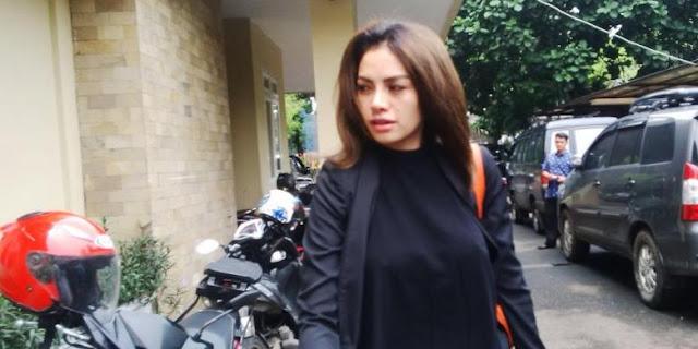 Nikita Mirzani Tidak Pakai Bra Saat Diperiksa Polisi
