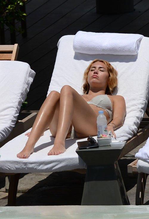 d886b198 Miley Cyrus se da un chapuzón en la piscina de su hotel en Miami, Florida,  el miércoles (13 de junio) por la tarde.