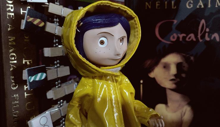 Boneca Coraline com capuz de chuva amarelo