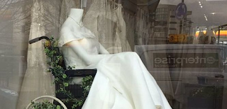 Viral: Οίκος νυφικών βάζει αναπηρικό αμαξίδιο στη βιτρίνα του και ενθουσιάζει
