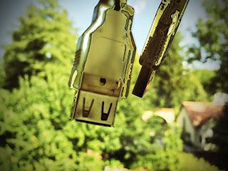 USB Stecker vor Dorflandschaft