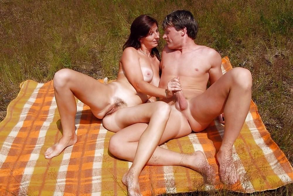 Jovens nudistas e naturistas