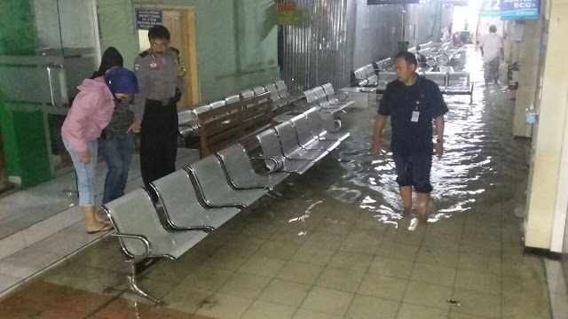 Selasar RSUD dr. Sukardjo terendam banjir. Foto : twitter Polresta Tasikmalaya