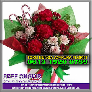 TOKO BUNGA CIKARANG - Toko Bunga Cikarang Mawar Merah di Cikarang | Diantara begitu banyak jenis bunga di dunia ini, bunga mawar bisa dikatakan adalah jenis bunga yang paling populer di seluruh dunia. Bentuk kelopaknya yang cantik, warnanya yang indah, serta keharumannya seakan dapat mempesona siapapun yang melihatnya. Menurut bahasa bunga, bunga mawar memiliki arti cinta dan kasih sayang. Hal inilah yang menjadikan bunga yang satu ini menjadi begitu populer dan banyak dicari pada hari kasih sayang seperti Valentine Day. Setiap varian warna bunga mawar bahkan memiliki arti yang lebih spesifik lagi. Bunga mawar kuning memiliki arti keceriaan serta persahabatan, menjadikan bunga ini cocok dijadikan hadiah untuk sahabat. Bunga mawar putih memiliki arti cinta yang suci, kemurnian serta keanggunan. Sedangkan bunga mawar pink mengandung arti penghormatan serta bisa menjadi ungkapan kekaguman. Namun jika anda tengah mencari bunga mawar yang cocok untuk dipersembahkan kepada kekasih atau pujaan hati anda, maka tidak ada warna bunga mawar yang lebih cocok selain warna merah. Bunga mawar berwarna merah memiliki arti cinta dan kasih sayang, romantisme, serta keindahan. Mempersembahkan bunga mawar merah kepada kekasih atau pujaan hati anda akan menjadi sebuah hadiah yang tak terlupakan seumur hidup mereka. flower box Tentu saja penting bagi anda untuk hanya memilih bunga mawar merah dengan kualitas unggulan demi tersampaikannya perasaan tersebut secara maksimal. Jika anda bertempat tinggal di Kota Cikarang, Kabupaten Bekasi, Provinsi Jawa Barat, kini anda bisa bernapas lega karena tokobungabekasikota.com  telah hadir untuk anda. tokobungabekasikota.com adalah sebuah toko online yang telah memiliki bertahun-tahun pengalaman di bidang penjualan produk-produk turunan florikultura. Kualitas adalah hal yang sangat penting bagi kami, baik kualitas dalam hal produk maupun pelayanan. Setiap produk-produk kami dibuat dari material-material terbaik dan bunga-bunga tersegar, pengerjaannya